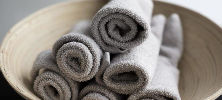 Schale mit Handtüchern